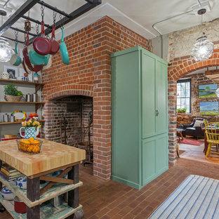 リッチモンドの中サイズのエクレクティックスタイルのおしゃれなキッチン (エプロンフロントシンク、シェーカースタイル扉のキャビネット、緑のキャビネット、木材カウンター、ベージュキッチンパネル、レンガの床、赤い床) の写真