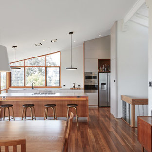 This is an example of a mid-sized midcentury kitchen in Perth.