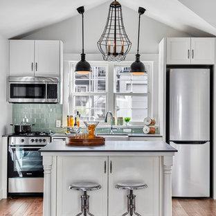 Immagine di una piccola cucina chic con paraspruzzi verde e isola