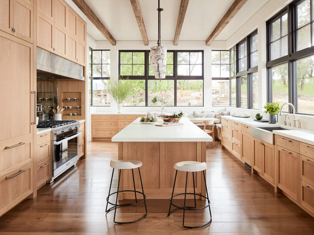 Farmhouse Kitchen by TOTAL CONCEPTS