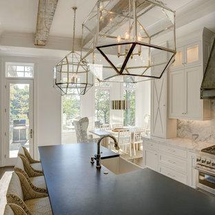 シャーロットの巨大なラスティックスタイルのおしゃれなキッチン (アンダーカウンターシンク、シェーカースタイル扉のキャビネット、白いキャビネット、大理石カウンター、白いキッチンパネル、石スラブのキッチンパネル、シルバーの調理設備の、無垢フローリング、茶色い床、グレーのキッチンカウンター) の写真