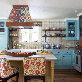 デンバーのエクレクティックスタイルのおしゃれなキッチン (エプロンフロントシンク、シェーカースタイル扉のキャビネット、青いキャビネット、ベージュキッチンパネル、濃色無垢フローリング) の写真