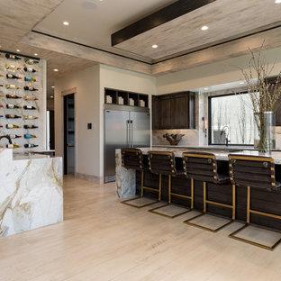 Idéer för ett modernt vit l-kök, med skåp i shakerstil, skåp i mörkt trä, vitt stänkskydd, rostfria vitvaror, ljust trägolv, en köksö och beiget golv