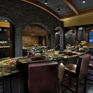 Idee per una grande cucina ad U minimal chiusa con ante in stile shaker, ante nere, top in granito, paraspruzzi marrone, paraspruzzi con piastrelle in ceramica, elettrodomestici in acciaio inossidabile, pavimento con piastrelle in ceramica e isola