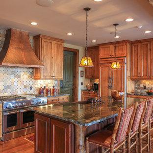 シャーロットの中サイズのラスティックスタイルのおしゃれなキッチン (落し込みパネル扉のキャビネット、中間色木目調キャビネット、マルチカラーのキッチンパネル、シルバーの調理設備の、無垢フローリング、エプロンフロントシンク、御影石カウンター、スレートの床) の写真