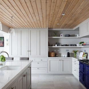 ダブリンのカントリー風おしゃれなキッチン (落し込みパネル扉のキャビネット、白いキャビネット、人工大理石カウンター、白い床) の写真
