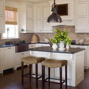 Idee per una grande cucina a L classica con lavello stile country, ante a filo, ante bianche, top in onice, paraspruzzi multicolore, parquet scuro e isola