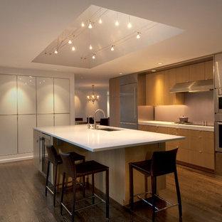 Geschlossene, Einzeilige, Große Moderne Küche mit Einbauwaschbecken, flächenbündigen Schrankfronten, hellen Holzschränken, Granit-Arbeitsplatte, Küchenrückwand in Beige, Küchengeräten aus Edelstahl, braunem Holzboden und Kücheninsel in Seattle