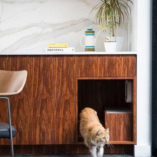 Inspiration för ett funkis kök, med släta luckor, skåp i mörkt trä, marmorbänkskiva, vitt stänkskydd, stänkskydd i marmor, tegelgolv och svart golv