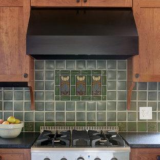 Mittelgroße Rustikale Wohnküche in L-Form mit Unterbauwaschbecken, Schrankfronten im Shaker-Stil, grünen Schränken, Granit-Arbeitsplatte, Küchenrückwand in Grün, Rückwand aus Keramikfliesen, Küchengeräten aus Edelstahl, Schieferboden, Kücheninsel, schwarzem Boden und schwarzer Arbeitsplatte in Philadelphia