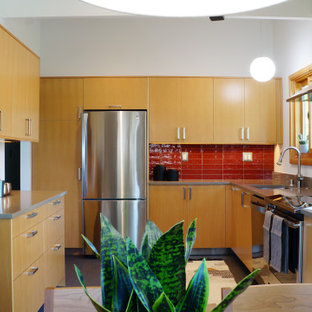 Mid-sized midcentury l-shaped eat-in kitchen in Seattle with an undermount sink, flat-panel cabinets, light wood cabinets, quartz benchtops, red splashback, ceramic splashback, stainless steel appliances, linoleum floors, no island, grey floor, grey benchtop and vaulted.