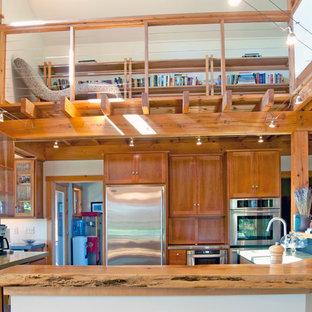 Immagine di una grande cucina stile americano con lavello sottopiano, ante lisce, ante in legno scuro, top alla veneziana, elettrodomestici in acciaio inossidabile, pavimento in ardesia e pavimento grigio