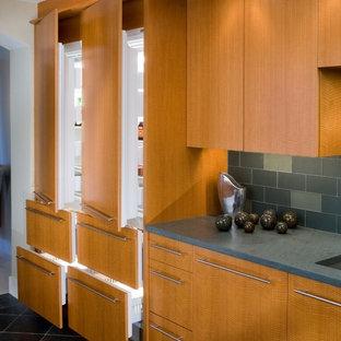 Idéer för att renovera ett stort funkis kök, med en undermonterad diskho, släta luckor, skåp i ljust trä, blått stänkskydd, rostfria vitvaror, marmorgolv, en köksö, stänkskydd i tunnelbanekakel och svart golv