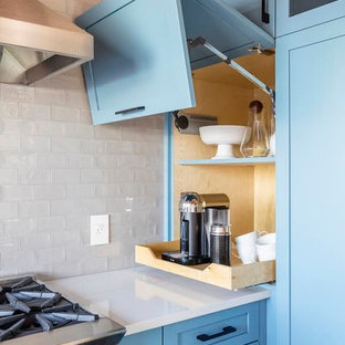 Idéer för ett stort modernt vit u-kök, med en rustik diskho, skåp i shakerstil, blå skåp, bänkskiva i kvartsit, vitt stänkskydd, stänkskydd i tunnelbanekakel, rostfria vitvaror, skiffergolv, en halv köksö och svart golv