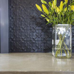 Inspiration för ett mellanstort funkis linjärt kök med öppen planlösning, med en undermonterad diskho, släta luckor, svarta skåp, bänkskiva i betong, svart stänkskydd, stänkskydd i metallkakel, rostfria vitvaror, mellanmörkt trägolv och en köksö