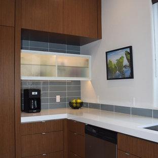 Diseño de cocina en L, actual, de tamaño medio, con despensa, fregadero bajoencimera, armarios con paneles lisos, puertas de armario marrones, encimera de cuarzo compacto, salpicadero azul, salpicadero de azulejos de vidrio, electrodomésticos de acero inoxidable, suelo de terrazo y una isla