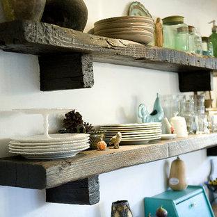 Inspiration för mellanstora lantliga linjära kök och matrum, med skåp i shakerstil, skåp i mörkt trä, bänkskiva i koppar, flerfärgad stänkskydd, stänkskydd i mosaik, rostfria vitvaror, klinkergolv i terrakotta, en halv köksö och rött golv