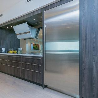Idee per una grande cucina contemporanea con lavello sottopiano, ante in stile shaker, ante marroni, top in superficie solida, paraspruzzi a specchio, elettrodomestici in acciaio inossidabile, parquet chiaro, isola, pavimento beige e top bianco