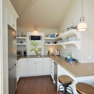 トロントの小さいビーチスタイルのおしゃれなキッチン (アンダーカウンターシンク、オープンシェルフ、白いキャビネット、シルバーの調理設備の、無垢フローリング、オレンジの床、人工大理石カウンター、白いキッチンパネル、木材のキッチンパネル、アイランドなし) の写真
