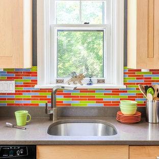 フィラデルフィアの小さいエクレクティックスタイルのおしゃれなキッチン (アンダーカウンターシンク、シェーカースタイル扉のキャビネット、淡色木目調キャビネット、クオーツストーンカウンター、マルチカラーのキッチンパネル、ガラスタイルのキッチンパネル、シルバーの調理設備、セラミックタイルの床、アイランドなし) の写真