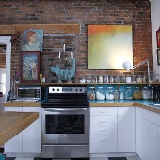 Stilmix Küche mit Laminat-Arbeitsplatte, Einbauwaschbecken, flächenbündigen Schrankfronten, weißen Schränken, Küchengeräten aus Edelstahl und türkiser Arbeitsplatte in Montreal