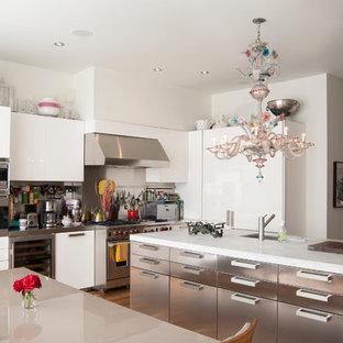 Новые идеи обустройства дома: большая кухня в современном стиле с обеденным столом, врезной раковиной, плоскими фасадами, белыми фасадами, фартуком цвета металлик, техникой из нержавеющей стали, паркетным полом среднего тона и островом