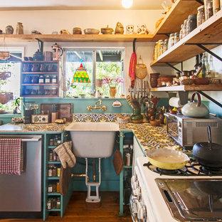 Diseño de cocina en L, ecléctica, con encimera de azulejos y suelo de madera oscura