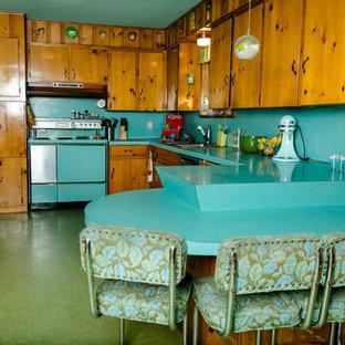 オースティンのエクレクティックスタイルのおしゃれなキッチン (ターコイズのキッチンカウンター) の写真