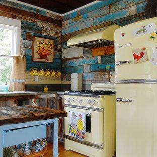 Landhaus Küche in L-Form mit bunter Rückwand und bunten Elektrogeräten in New York