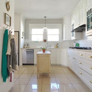 Shabby-Chic-Style Küche in L-Form mit weißen Schränken, Küchenrückwand in Weiß, Rückwand aus Metrofliesen und beigem Boden in Dallas