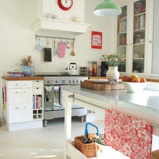 Idéer för funkis kök, med vita skåp, bänkskiva i zink och rostfria vitvaror
