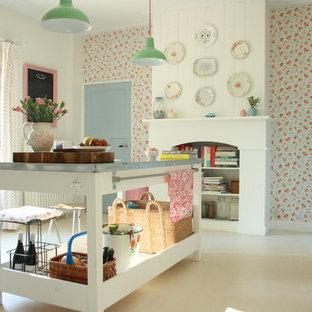 アムステルダムのシャビーシック調のおしゃれなキッチン (白いキャビネット、亜鉛製カウンター、カラー調理設備) の写真