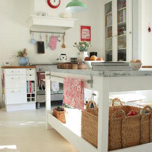 Стильный дизайн: кухня в современном стиле с белыми фасадами и столешницей из цинка - последний тренд