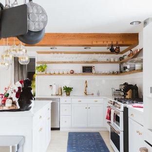 シカゴのエクレクティックスタイルのおしゃれなキッチン (アンダーカウンターシンク、シェーカースタイル扉のキャビネット、白いキャビネット、白いキッチンパネル、石スラブのキッチンパネル、白い調理設備、淡色無垢フローリング、ベージュの床、白いキッチンカウンター) の写真