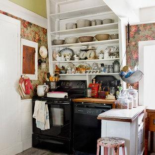 ニューヨークの小さいシャビーシック調のおしゃれなペニンシュラキッチン (オープンシェルフ、白いキャビネット、木材カウンター、黒い調理設備、濃色無垢フローリング) の写真