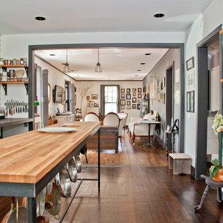 オースティンのシャビーシック調のおしゃれなLDK (シルバーの調理設備の、木材カウンター、オープンシェルフ) の写真