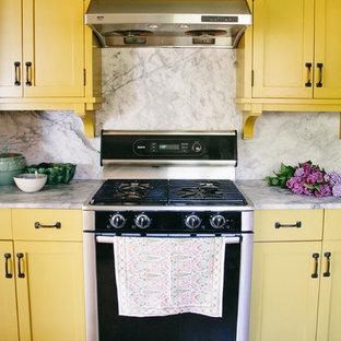 Geschlossene, Zweizeilige, Große Eklektische Küche mit offenen Schränken, Granit-Arbeitsplatte, Küchenrückwand in Grau, Rückwand aus Stein, Küchengeräten aus Edelstahl und Waschbecken in Seattle