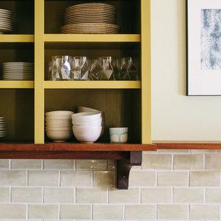 シアトルの大きいエクレクティックスタイルのおしゃれなキッチン (シングルシンク、オープンシェルフ、御影石カウンター、グレーのキッチンパネル、石スラブのキッチンパネル、シルバーの調理設備の) の写真