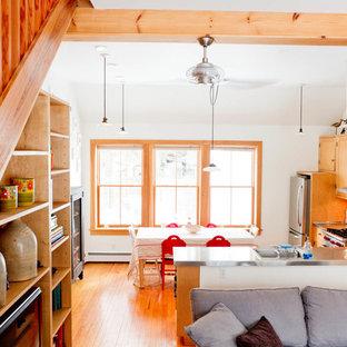 Offene Eklektische Küche in L-Form mit hellbraunen Holzschränken, Edelstahl-Arbeitsplatte, Küchengeräten aus Edelstahl und Einbauwaschbecken in New York