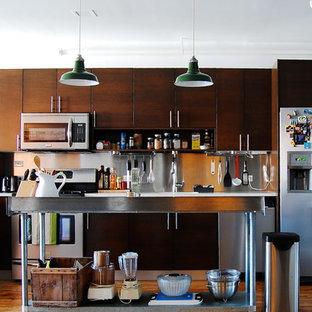 Immagine di una cucina industriale con elettrodomestici in acciaio inossidabile, paraspruzzi a effetto metallico e paraspruzzi con piastrelle di metallo