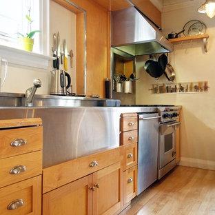 Klassische Küche mit integriertem Waschbecken, Küchengeräten aus Edelstahl, hellen Holzschränken, Edelstahl-Arbeitsplatte und Schrankfronten im Shaker-Stil in Toronto