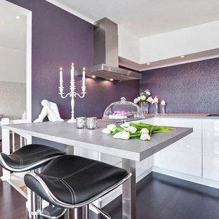 他の地域のコンテンポラリースタイルのおしゃれなキッチン (フラットパネル扉のキャビネット、白いキャビネット) の写真