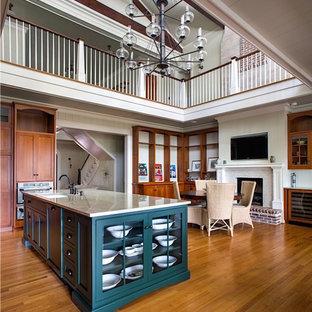 アトランタの中サイズのヴィクトリアン調のおしゃれなキッチン (アンダーカウンターシンク、シェーカースタイル扉のキャビネット、中間色木目調キャビネット、珪岩カウンター、シルバーの調理設備の、淡色無垢フローリング、茶色い床) の写真
