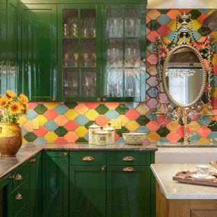 Offene, Mittelgroße Stilmix Küche mit Landhausspüle, Glasfronten, grünen Schränken, bunter Rückwand, Rückwand aus Keramikfliesen und Kücheninsel in Orange County