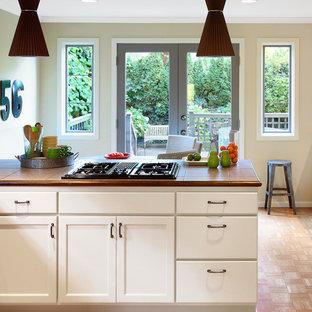 Inspiration för mellanstora moderna kök, med en nedsänkt diskho, luckor med infälld panel, vita skåp, kaklad bänkskiva, rostfria vitvaror, mellanmörkt trägolv och en köksö