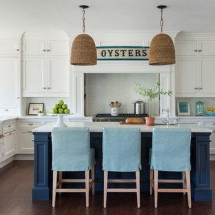 プロビデンスのビーチスタイルのおしゃれなキッチン (シェーカースタイル扉のキャビネット、白いキャビネット、白いキッチンパネル、シルバーの調理設備の、濃色無垢フローリング) の写真