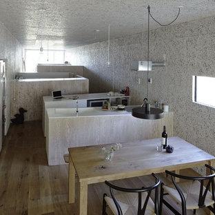 Esempio di una piccola cucina minimalista con 2 o più isole