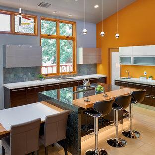 Idéer för ett stort modernt kök, med släta luckor, bänkskiva i kvarts, grått stänkskydd, rostfria vitvaror, kalkstensgolv, en nedsänkt diskho, grå skåp, stänkskydd i stenkakel, flera köksöar och beiget golv