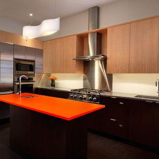 Ispirazione per una cucina minimal con elettrodomestici in acciaio inossidabile e top arancione