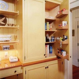Offene, Große Urige Küche in U-Form mit Unterbauwaschbecken, Kassettenfronten, gelben Schränken, Granit-Arbeitsplatte, Küchenrückwand in Gelb, Elektrogeräten mit Frontblende, braunem Holzboden und Kücheninsel in Boston